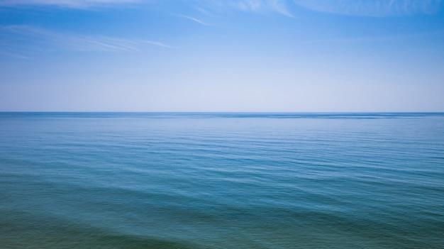 海の水の上の空中写真 Premium写真