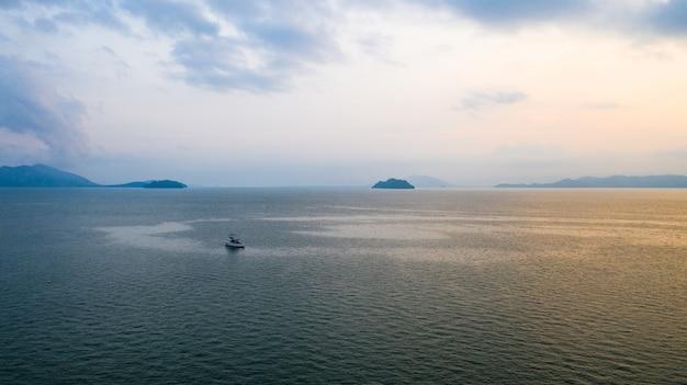 海の水の上の空中写真