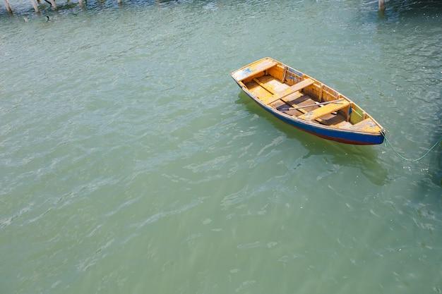 海のカヌーの航空写真