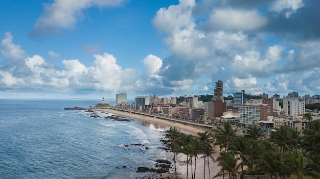 Аэрофотоснимок пляжа барра в сальвадоре баия, бразилия.