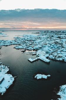 昼間の島の空中写真