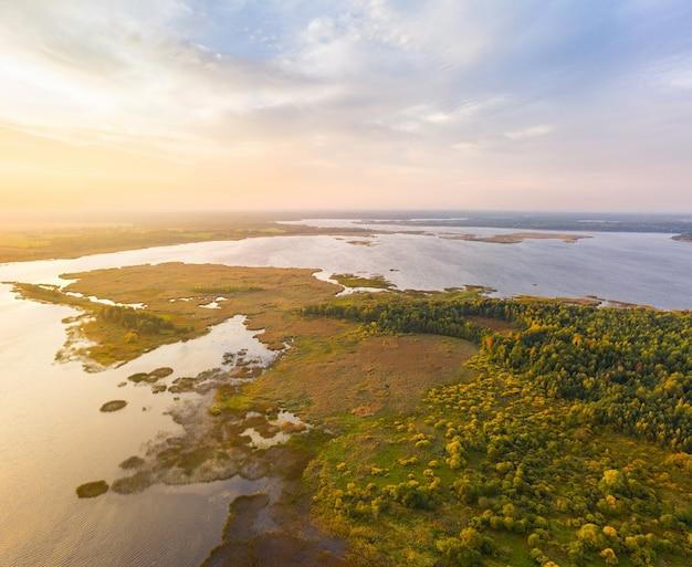夜明けのシアリアバ湖(ベラルーシ)の航空写真