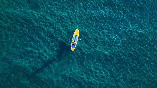 맑고 푸른 바다에서 저녁 식사에 남자의 항공 사진