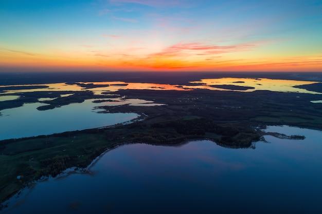 국립 공원 braslau 호수의 항공 사진; 일몰 후 벨로루시