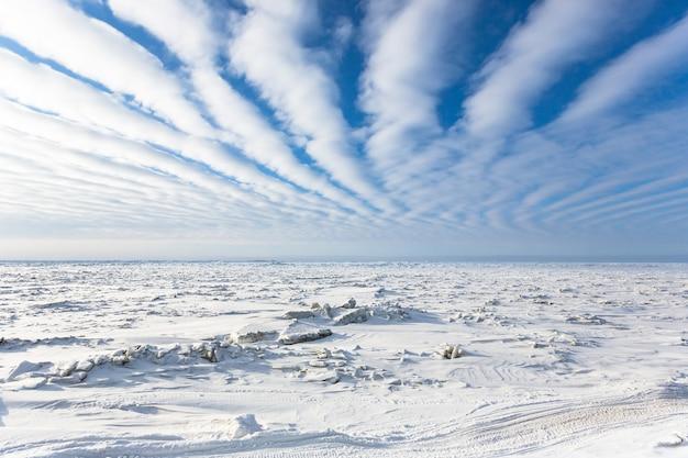 アラスカ州バロー近くの北極圏の凍った海の航空写真