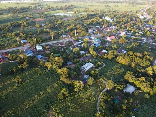 朝日の出の農村コミュニティの航空写真
