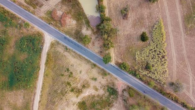 Аэрофотосъемка, дорога в сельской местности, съемка с дрона.