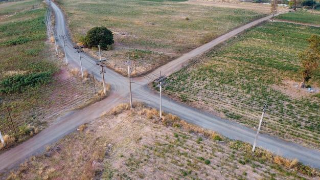 Аэрофотосъемка, перекресток лэп в сельской местности, съемка с дрона.