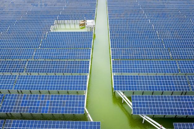 日没時の産業用新エネルギー太陽光発電パネルの空中写真撮影