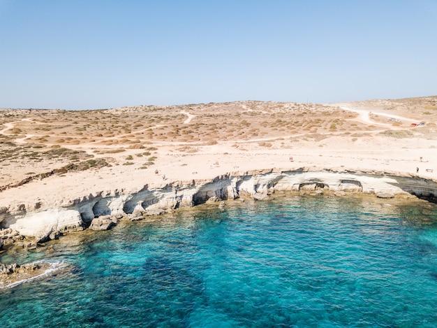 空中写真ケープカボグレコ。明るい空とクリスタルウォーター。 。地中海。キプロス2020