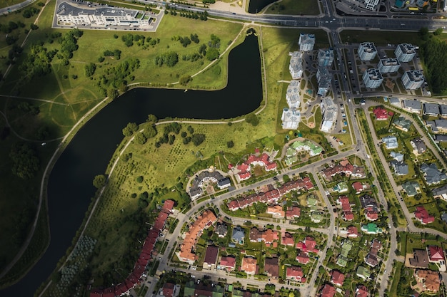 ミンスクの東部地区の多数の家の上からの航空写真。ミンスク市の地区スヴィスロチ川。ベラルーシ