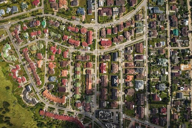 ミンスクの東部地区の多数の家の上からの航空写真。ミンスク市の地区、スヴィスロチ川。ベラルーシ。