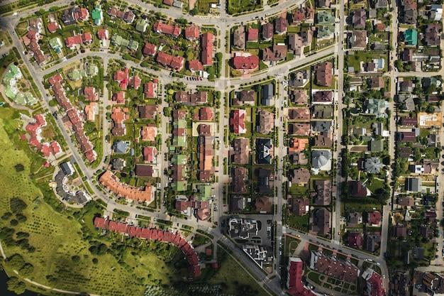 ミンスクの東部地区にある多数の家の空中写真。