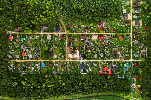 벨로루시의 숲 교외 부동산에있는 주거 dacha 마을 위에서 항공 사진