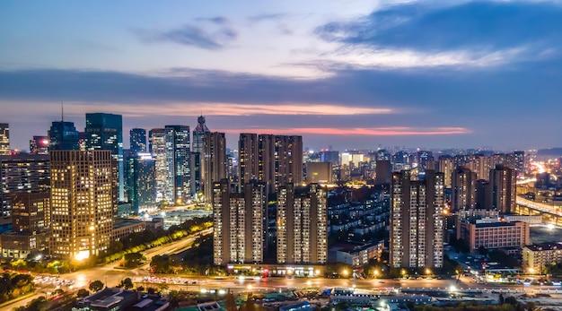 中国、杭州の近代都市建築風景の航空写真の夜景