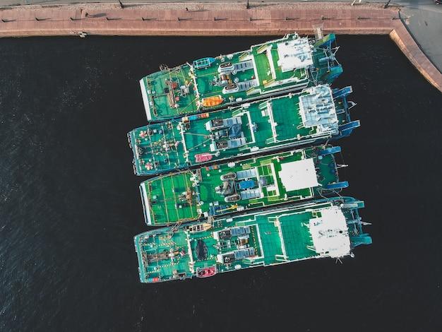 ロシアのサンクトペテルブルクのウォーターフロントに係留された貨物船の空中写真。