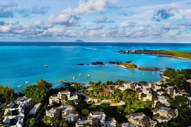 모리셔스 섬의 북동부 해안인 모리셔스에 있는 산호초와 해변이 있는 호텔 단지의 항공 사진. 위에서 찍은 모리셔스 섬의 아름다운 석호.
