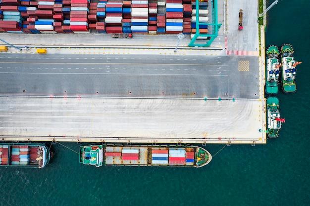コンテナターミナルの航空写真 Premium写真