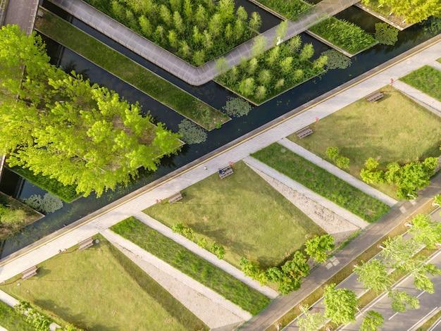 都市公園の緑の植物の航空写真