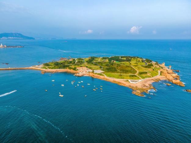 섬 해안선의 항공 사진