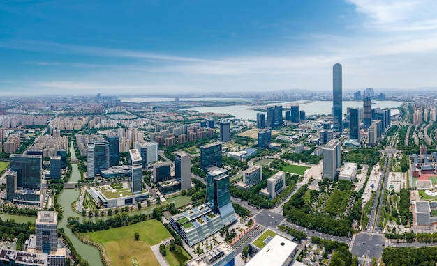Аэрофотосъемка современного архитектурного ландшафта на востоке озера сучжоу