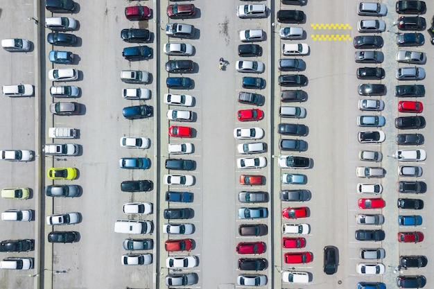 Аэрофотосъемка современной городской парковки.