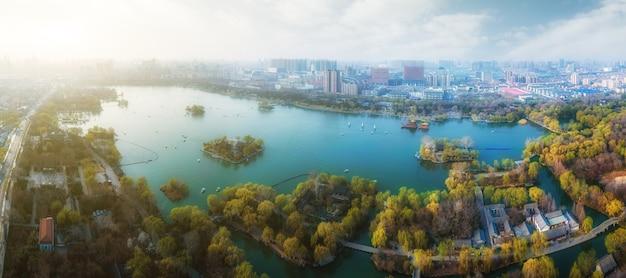 중국 지난의 현대적인 도시 공원과 호수의 항공 사진