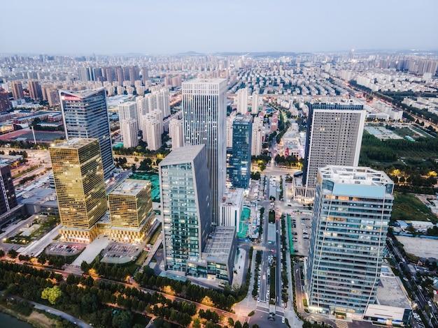 中国淄博市の近代的な都市建築景観の航空写真