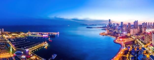 夜の青島の都市景観の航空写真