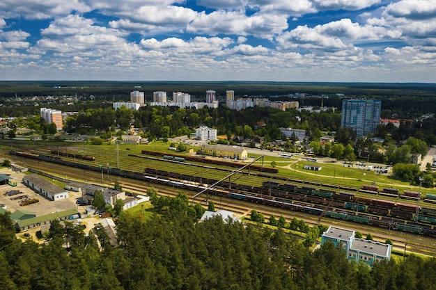 Аэрофотосъемка железнодорожных путей и вагонов. вид вагонов и железных дорог сверху. минск, беларусь.