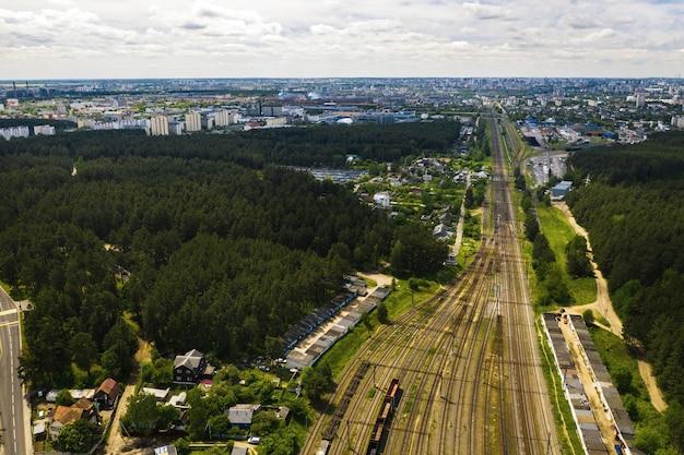 Аэрофотосъемка железнодорожных путей и вагонов. вид вагонов и ржд сверху. минск, беларусь.