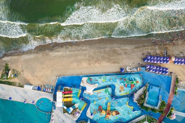 ビーチで泳ぐ空中写真