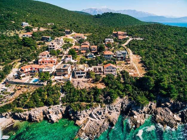 Аэрофотосъемка города в горах на берегу моря