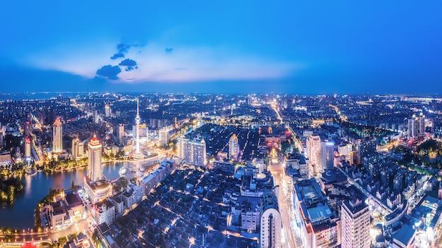 夜の江蘇省南通市の街の風景の空中写真