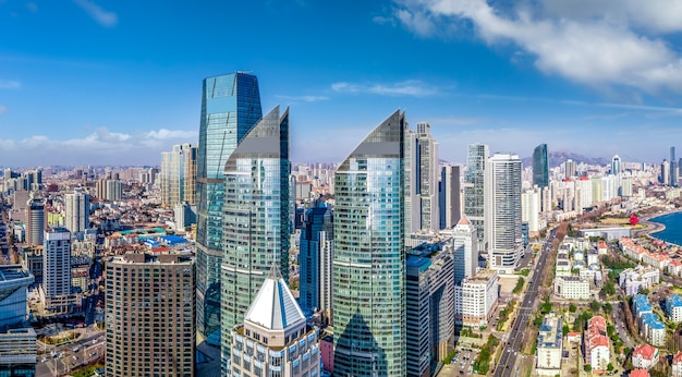 中国青島の近代的な都市海岸線の建築景観の航空写真