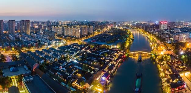 Аэрофотосъемка ночного вида древних построек на мосту гунчэн в ханчжоу