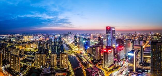 浙江省寧波の都市建築スカイラインの夜景の航空写真