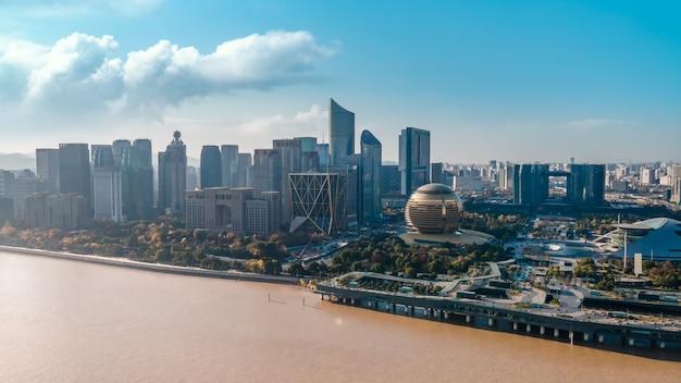 中国、杭州の近代的な都市建築景観のスカイラインの航空写真