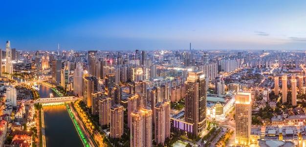 天津市庁舎のスカイラインの夜景の航空写真