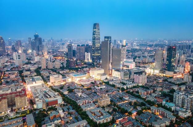 밤에 천진 도시 풍경의 항공 사진