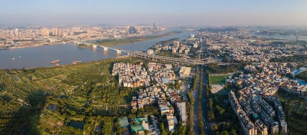 広州のパール川沿いの都市建築景観の航空写真