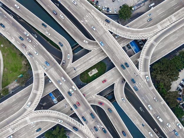 都市道路の高架の航空写真