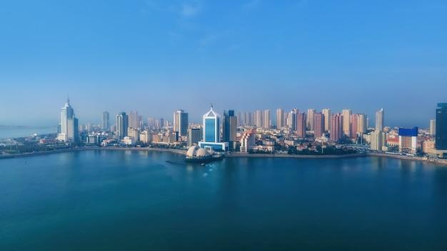 Аэрофотосъемка залив циндао городской архитектуры пейзаж панорама горизонта