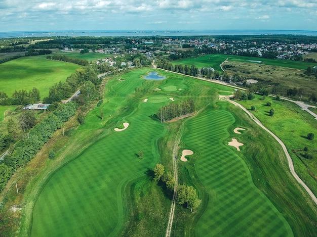 Аэрофотоснимки гольф-клуба, зеленые газоны, леса, газонокосилки