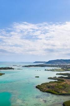 モーリシャス島の東海岸の航空写真。上から撮影したモーリシャス島の美しいラグーン。ターコイズブルーのラグーンでのボートセーリング。
