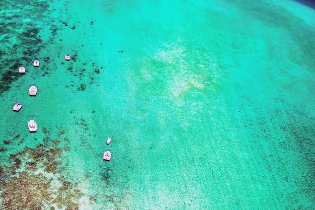 모리셔스 섬 동해안의 항공 사진. 모리셔스 섬의 아름다운 석호 위에서 쐈어.