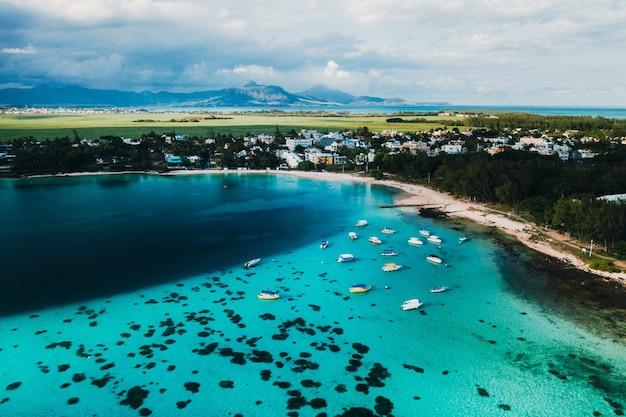 Аэрофотоснимок восточного побережья острова маврикий. красивая лагуна острова маврикий снята сверху.