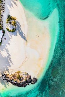 모리셔스 섬 동쪽 해안의 항공 사진. belle mare 지역에 있는 모리셔스의 청록색 석호 위를 비행합니다.
