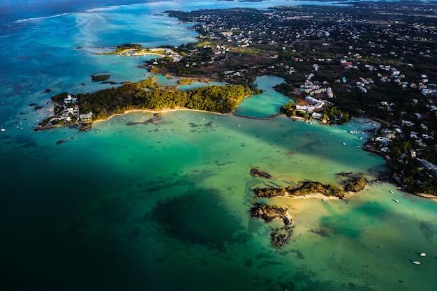 모리셔스 섬의 북쪽, 북동쪽 해안의 항공 사진. 위에서 찍은 모리셔스 섬의 아름다운 석호. 2개의 쌍동선 보트와 청록색 석호에서 항해하는 쾌속정.