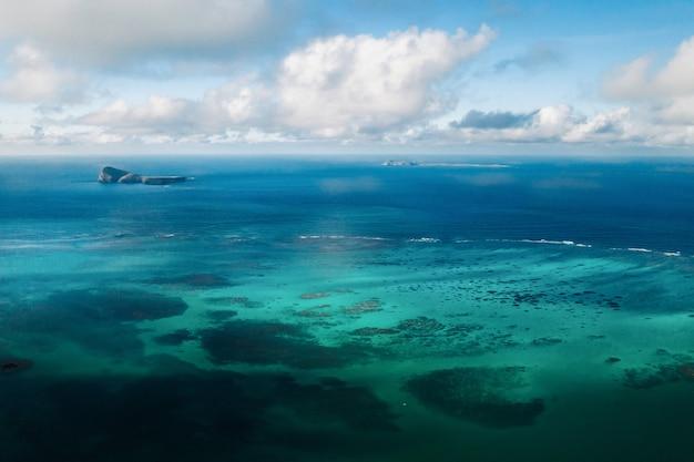 모리셔스 섬의 북동쪽 해안의 항공 사진. 모리셔스 섬의 아름다운 라군 위에서 쐈어.